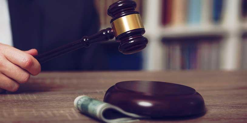 Detención domiciliaria a juez de ejecución de penas que concedía beneficios irregularmente (Bigstockphoto)